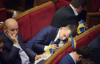Нардеп від Слуги народу заснув під час засідання Ради. Фото: Факти.